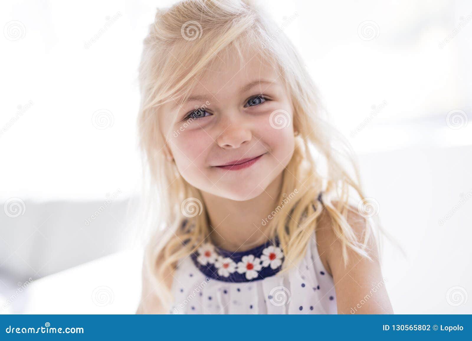 Retrato de la sonrisa feliz de la niña hermosa