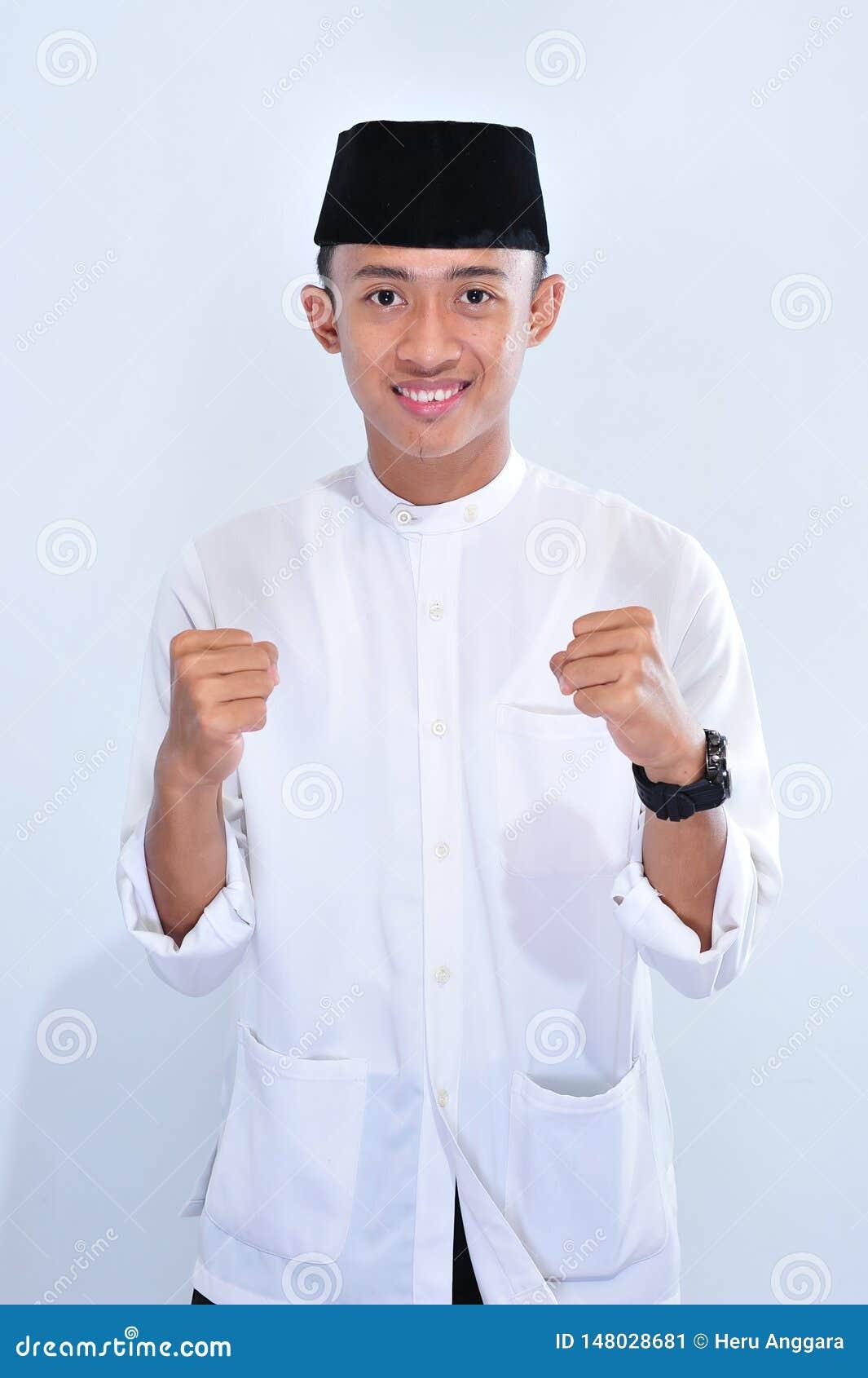 Retrato de la sonrisa musulmán asiática hermosa joven del hombre para disfrutar del eid Mubarak