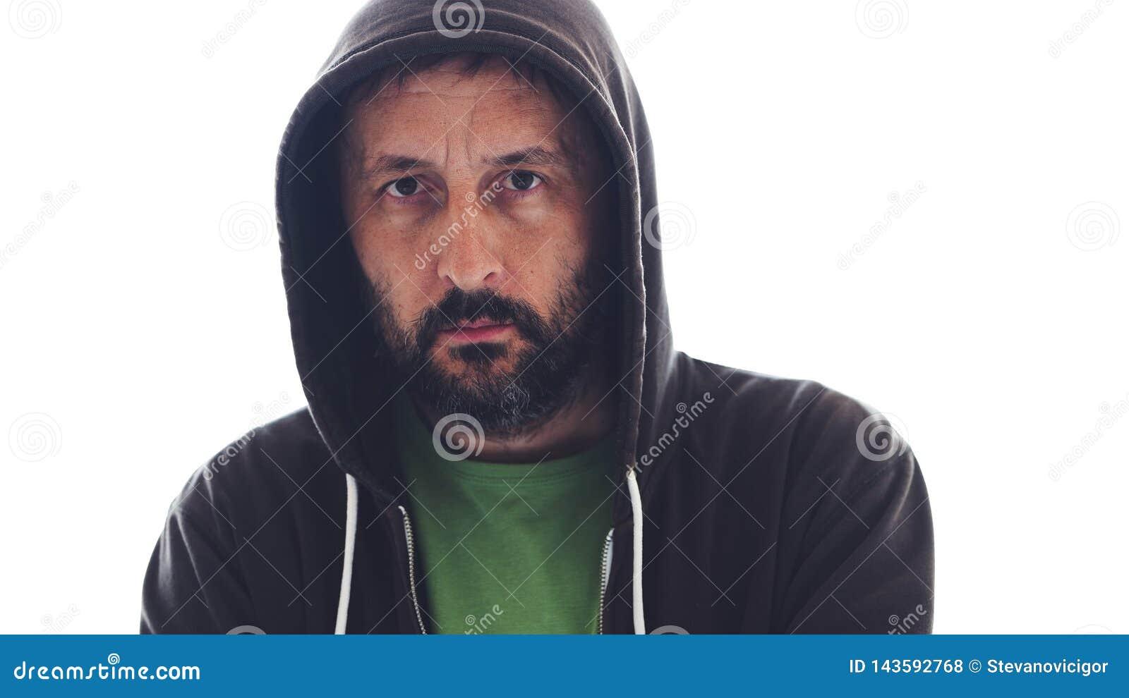 Retrato de la sudadera con capucha que lleva masculina barbuda adulta