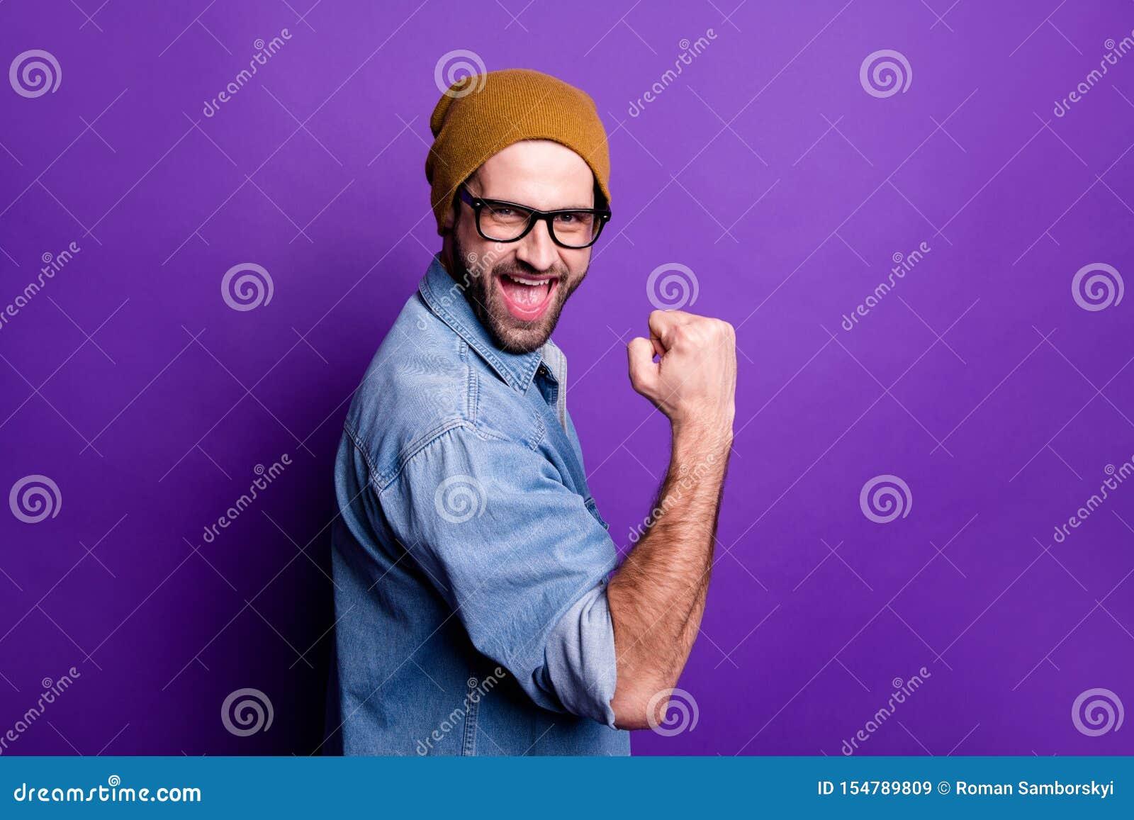 Retrato de la vista lateral del perfil el suyo él gesto barbudo satisfecho alegre alegre alegre atractivo agradable del sí de la