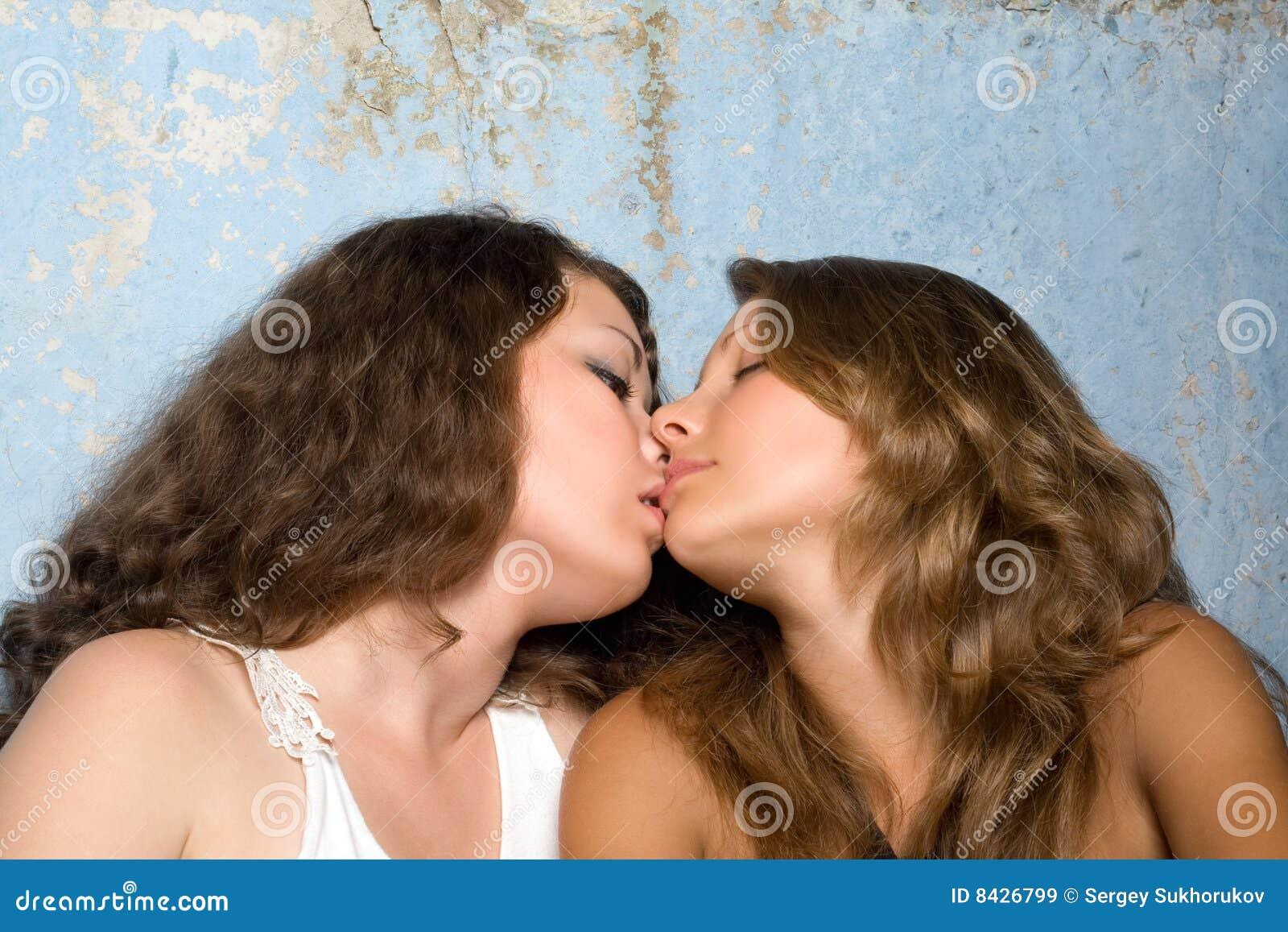 Dos chicas adolescentes se besan