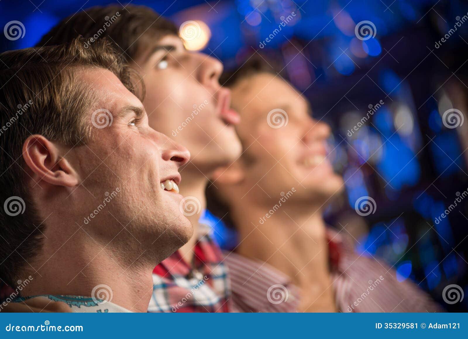 Retrato de las fans en la barra