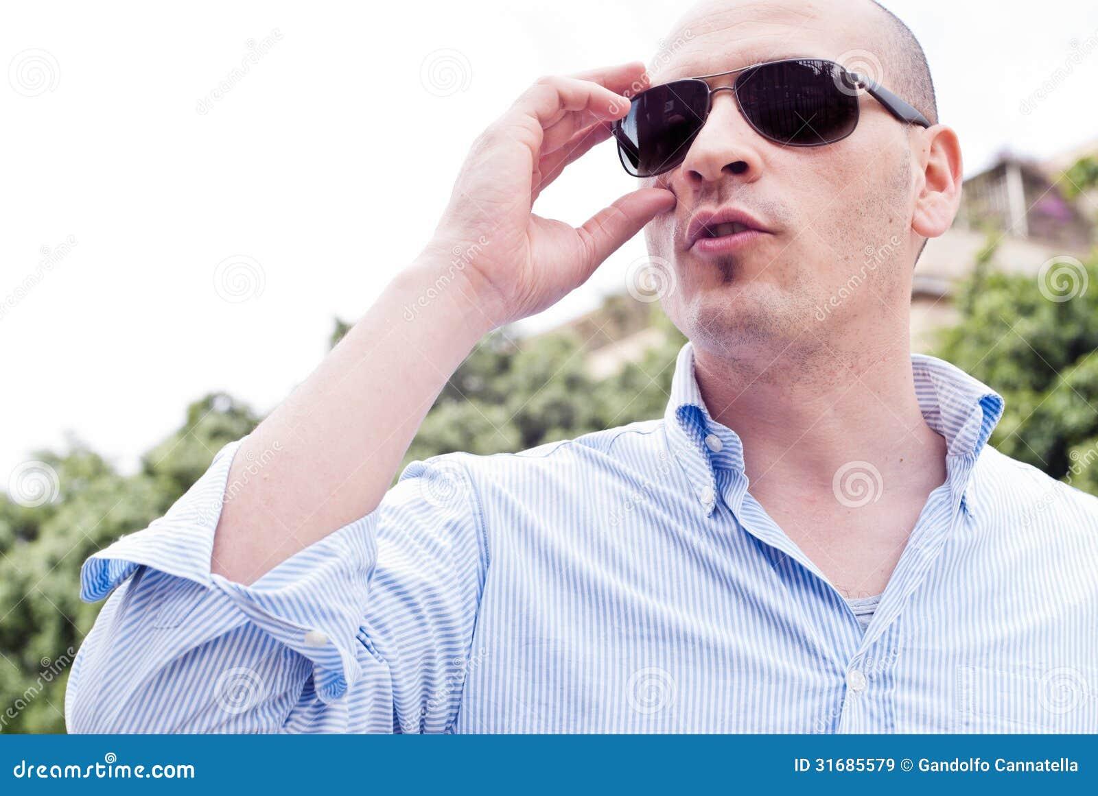 Retrato de las gafas de sol que llevan de un individuo magnífico atractivo