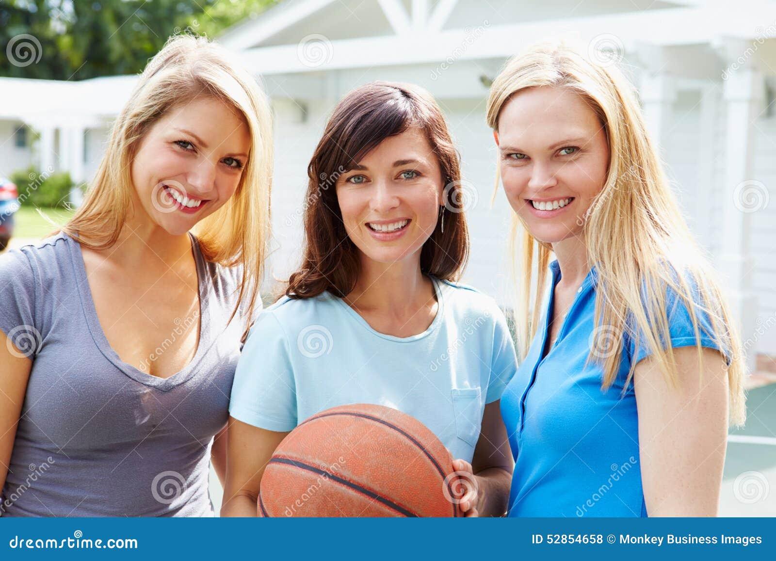 Equipo De Baloncesto De Las Mujeres Imagen De Archivo: Retrato De Las Mujeres Jovenes Que Juegan El Partido De