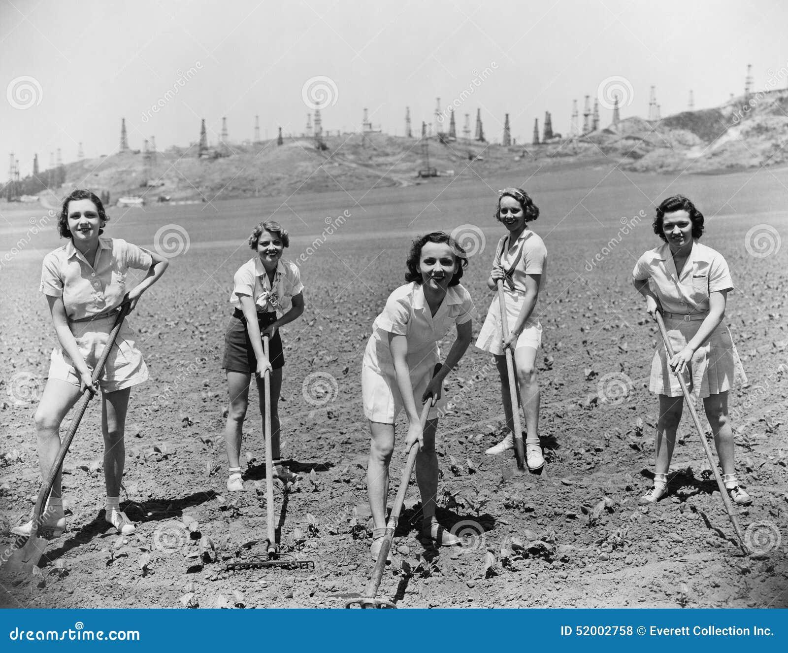 Retrato de las mujeres que cavan en campo (todas las personas representadas no son vivas más largo y ningún estado existe Garantí