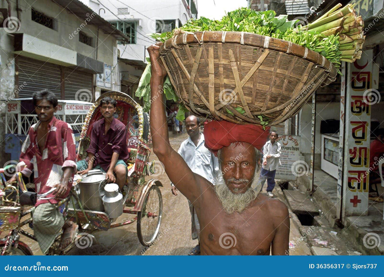 Retrato de las verduras que llevan del viejo hombre en la cabeza