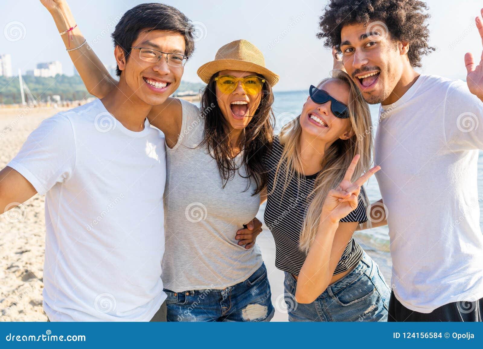 Retrato de los amigos que se divierten junto el vacaciones de la playa