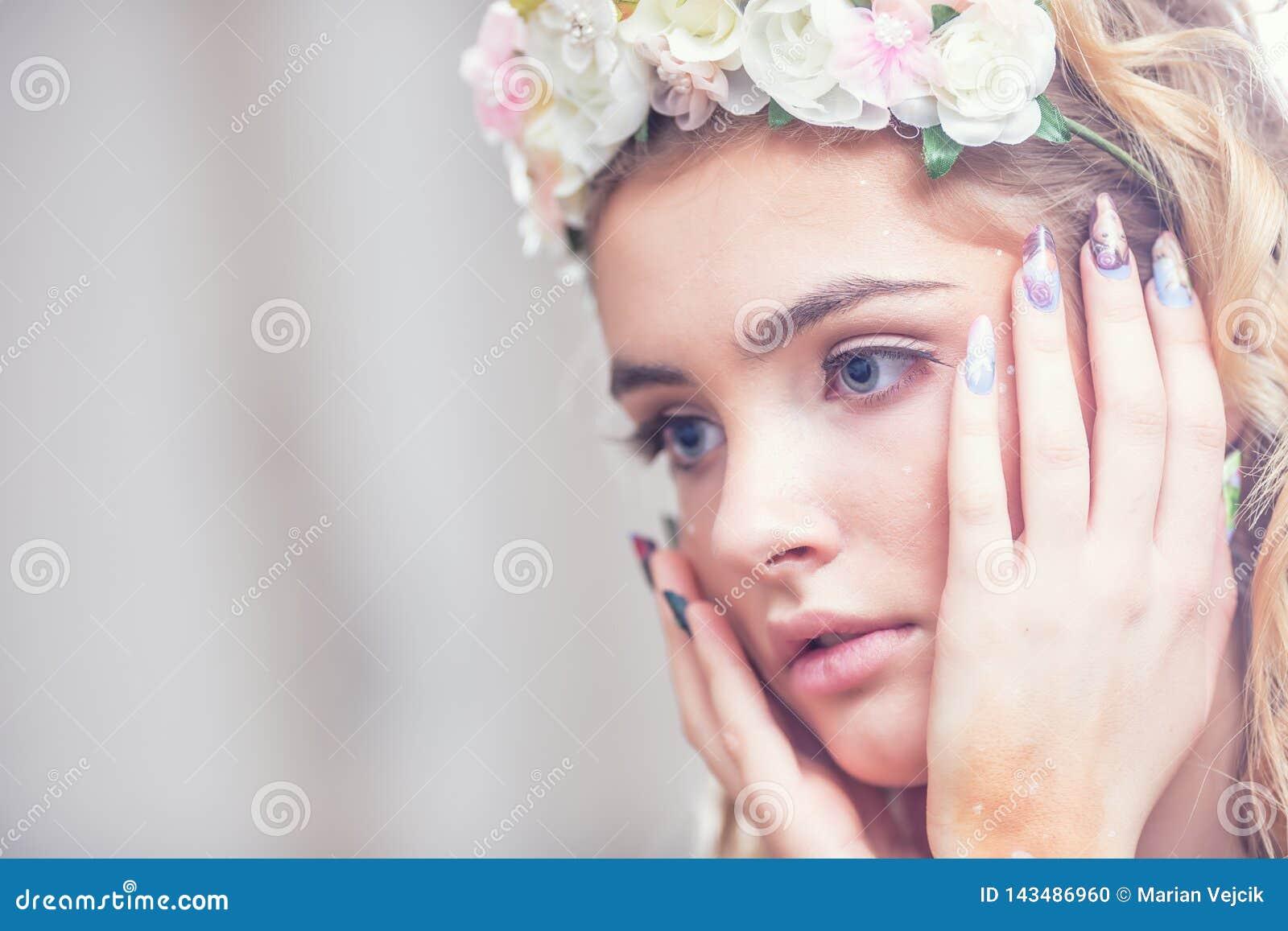 Retrato de los clavos creativos del arte del maquillaje de la muchacha hermosa de la moda y labios y piel perfectos de los ojos