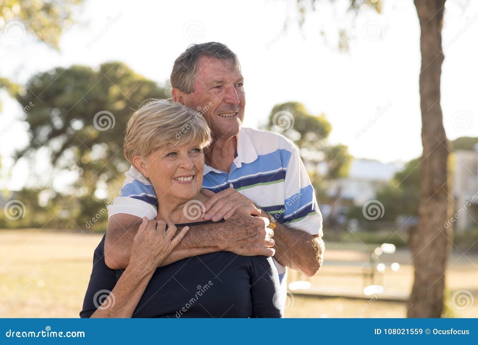 Retrato de los pares maduros hermosos y felices mayores americanos AR