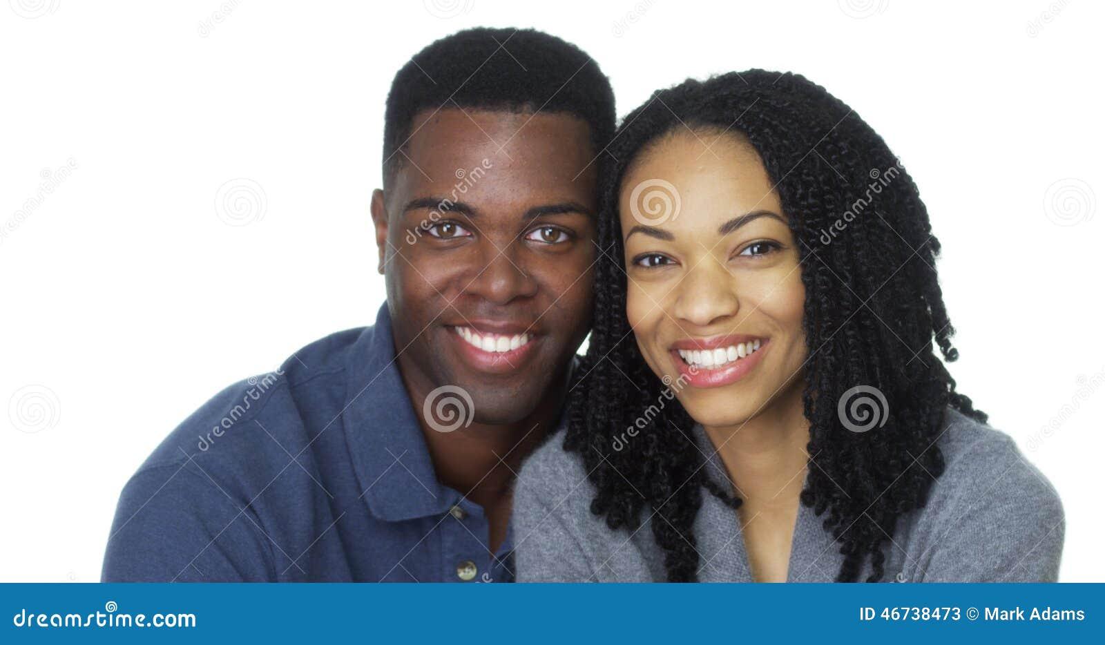 Retrato de los pares negros jovenes atractivos que miran la cámara