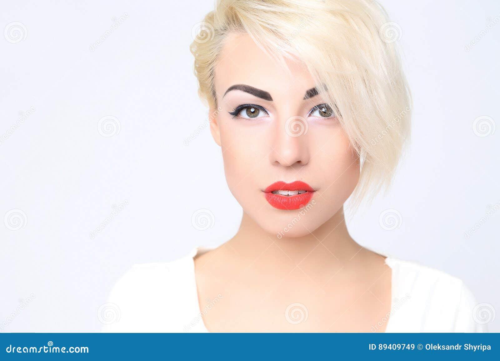 Retrato de louro com batom vermelho