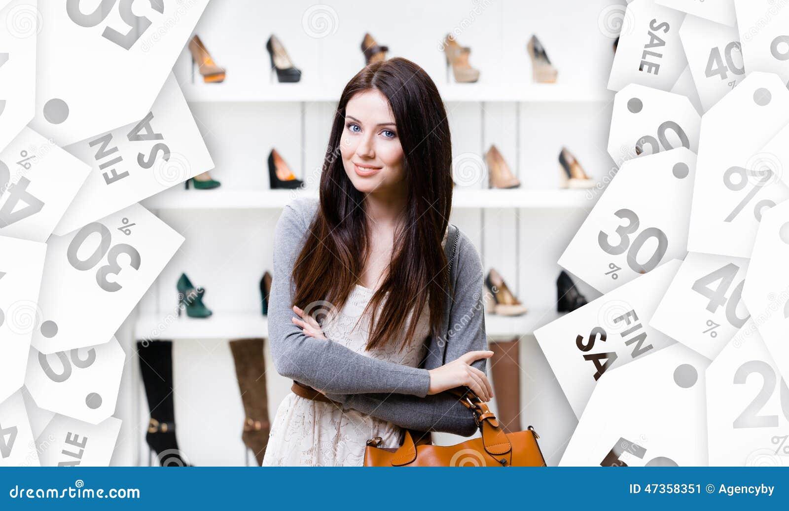 Retrato de medio cuerpo de la señora en centro comercial Etiqueta estacional de sale
