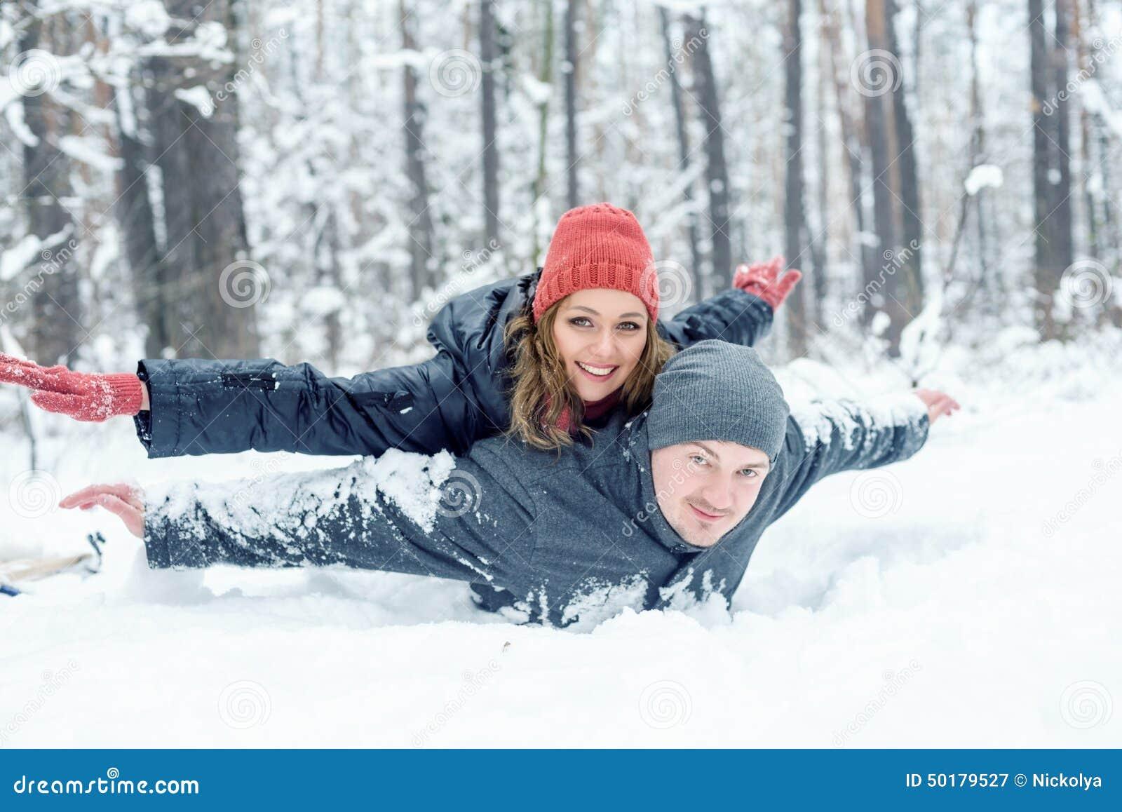 Retrato de pares felizes no parque do inverno