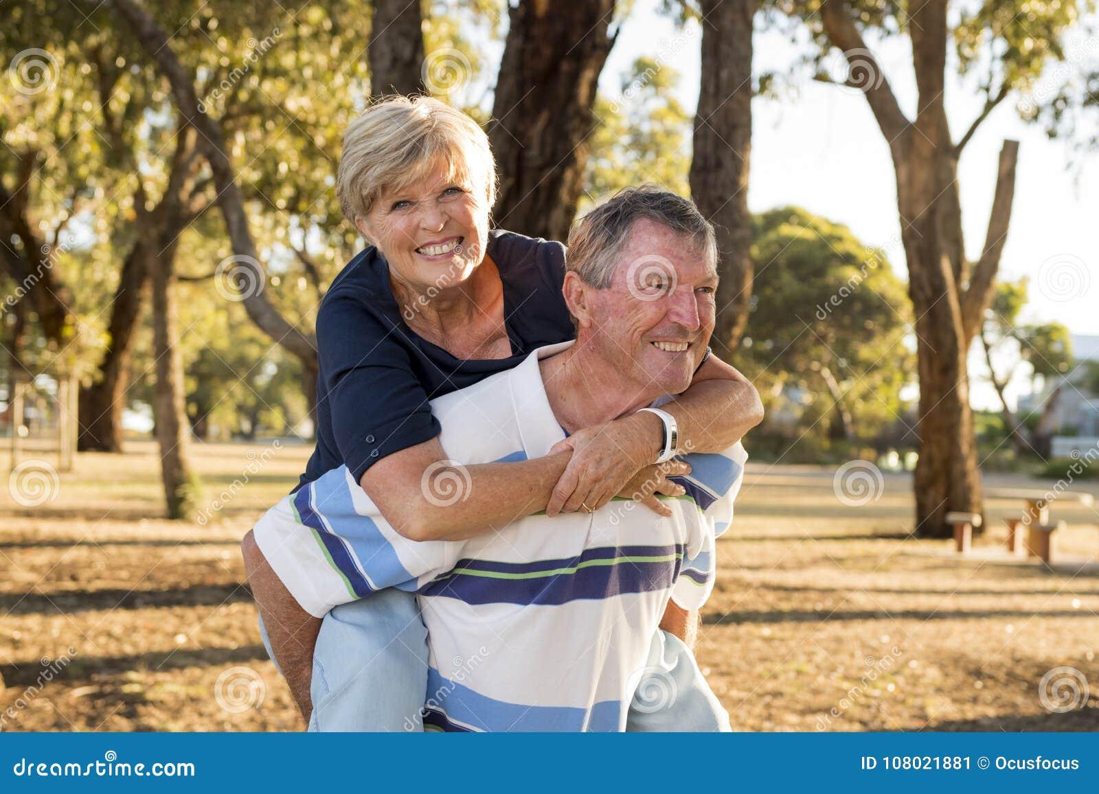 Retrato de pares maduros bonitos e felizes superiores americanos ao redor 70 anos de amor velho e afeição mostrando que sorriem j
