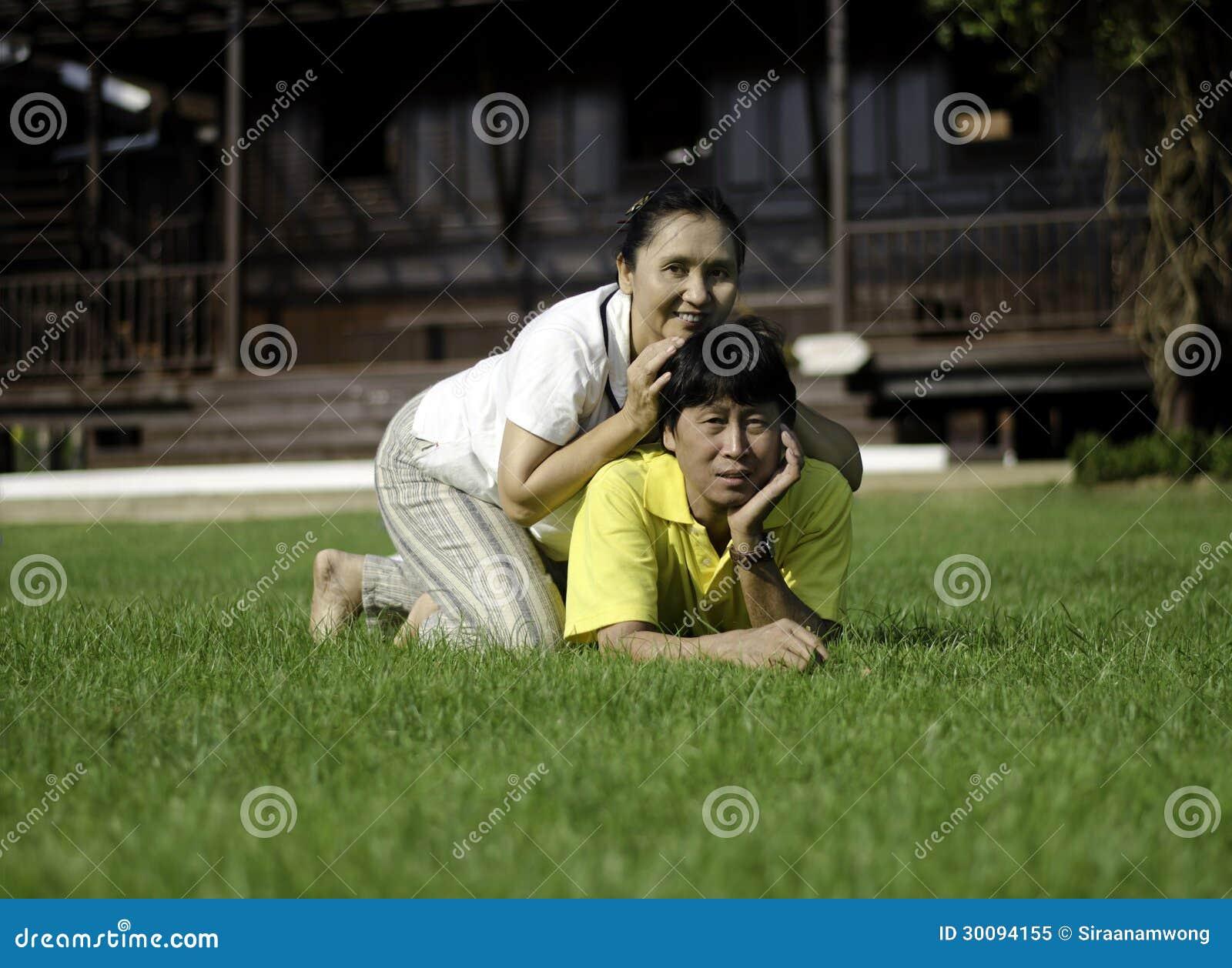Retrato de pares bonitos no parque