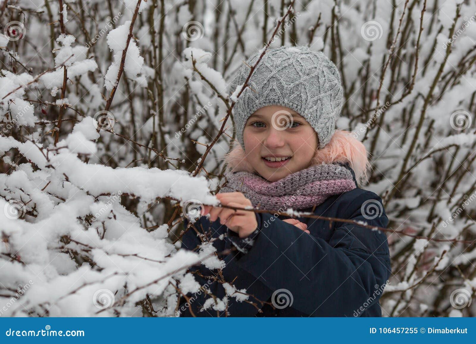 Retrato de pequeñas muchachas felices en parque del invierno