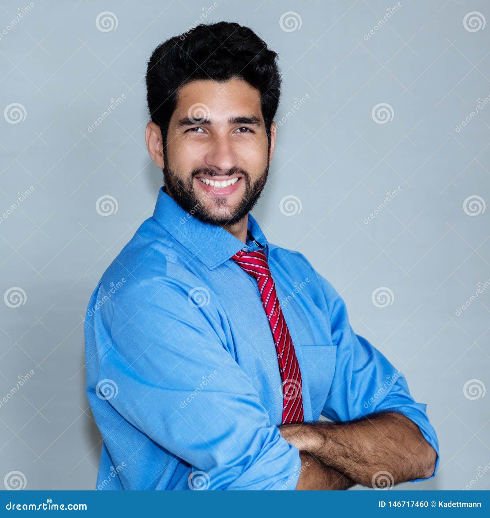 Retrato de rir o homem de negócios latino-americano do moderno