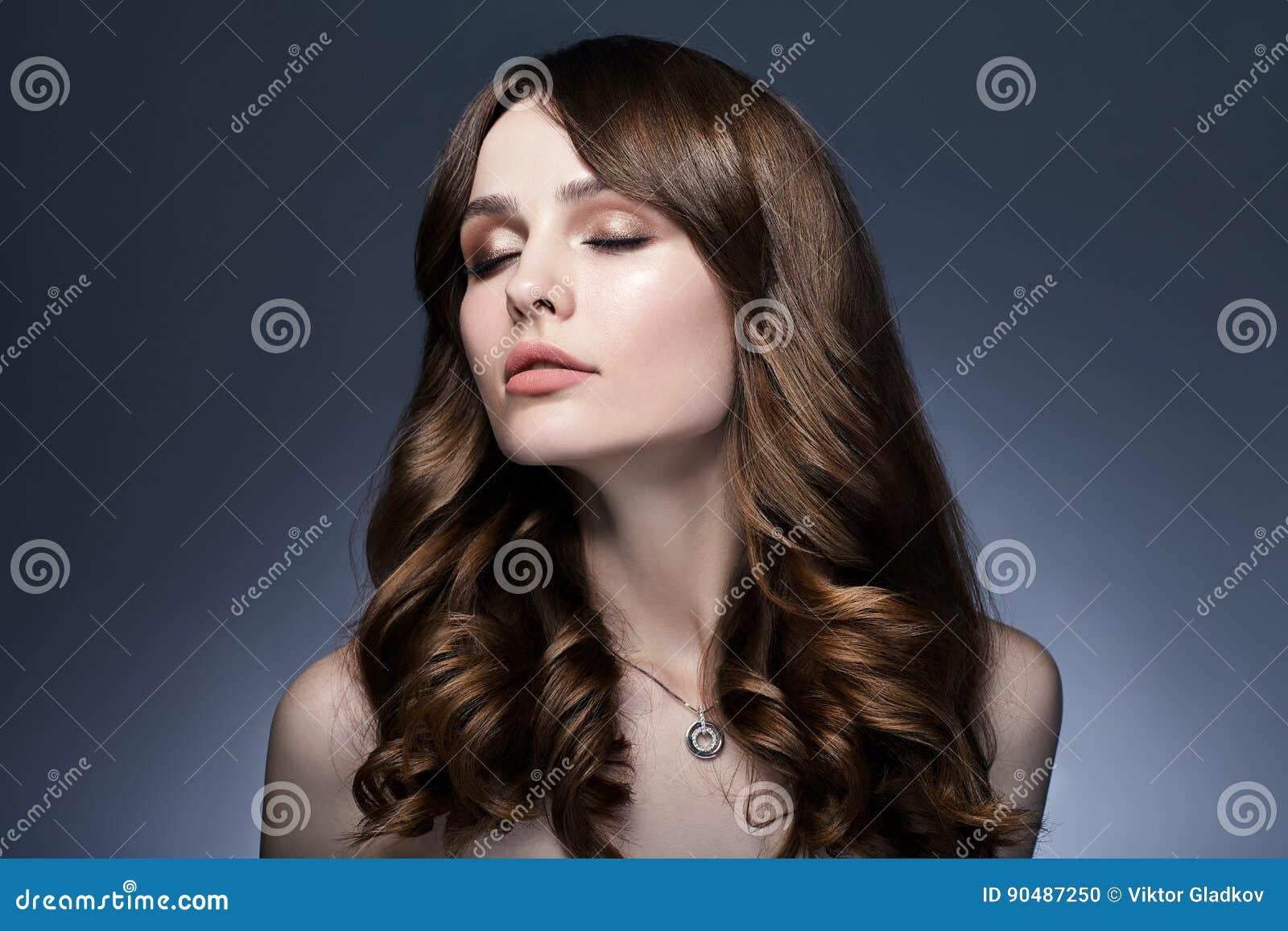 Retrato de sonho bonito da mulher com os olhos fechados no backg escuro