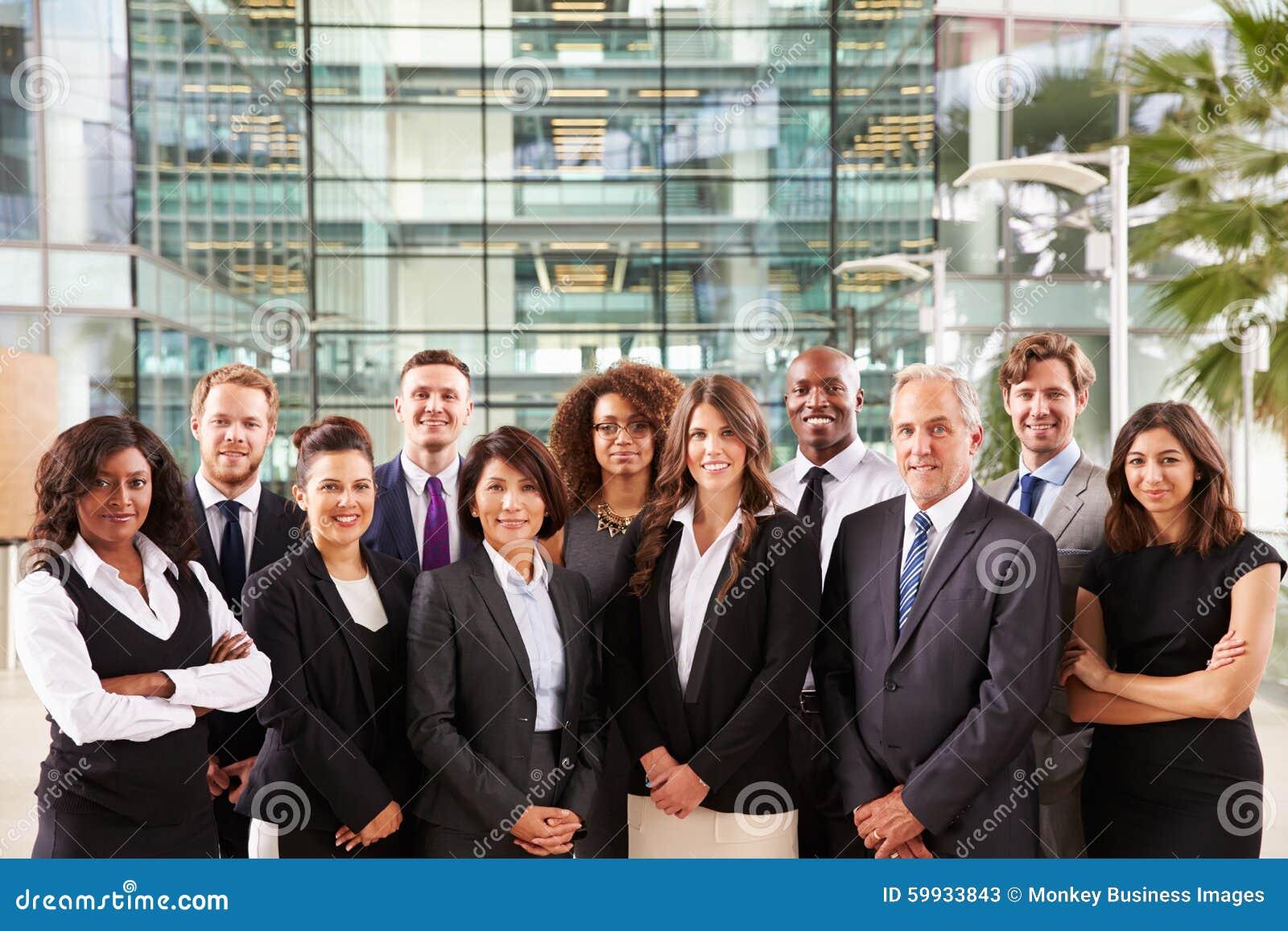 Retrato de sorriso do grupo de colegas da empresa