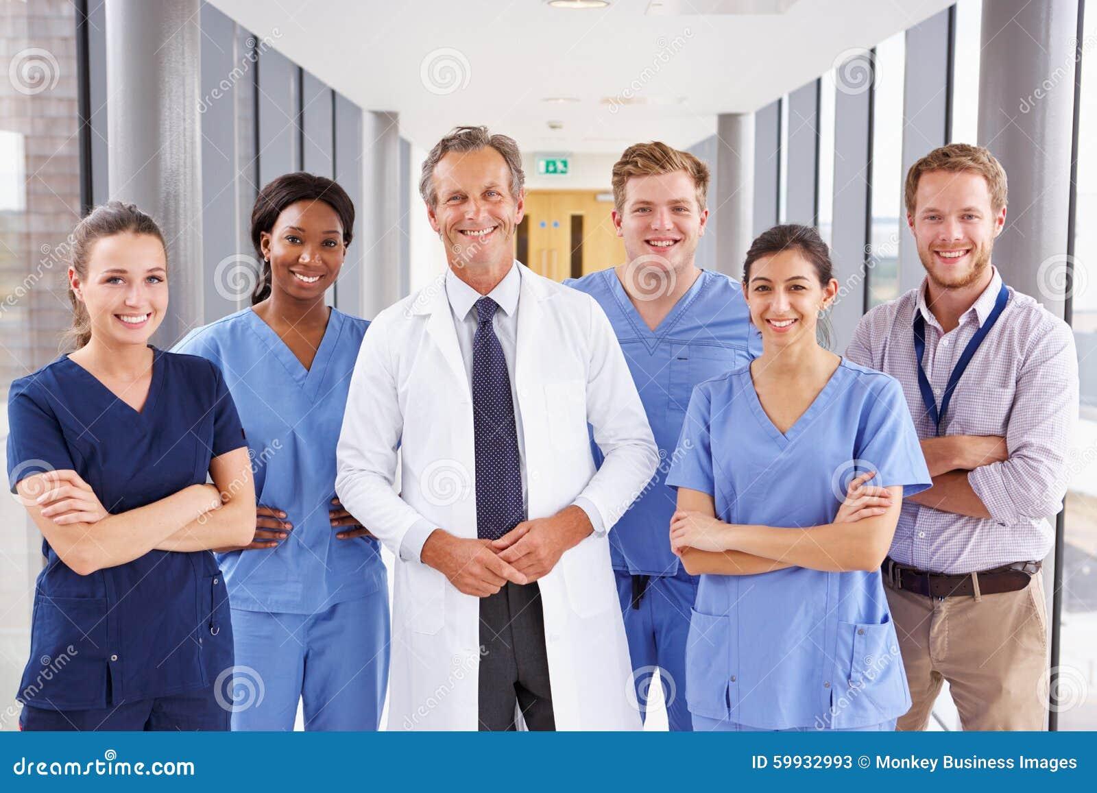 Retrato de Team Standing In Hospital Corridor médico