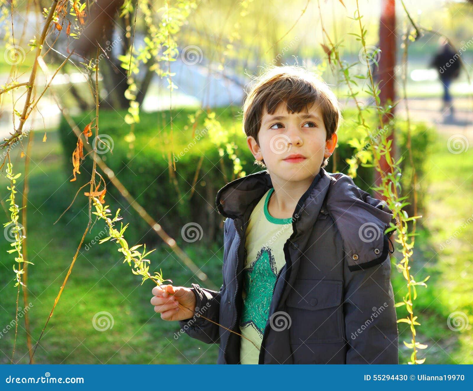 Retrato de Thoutful do menino considerável do preteen no CCB do parque da mola