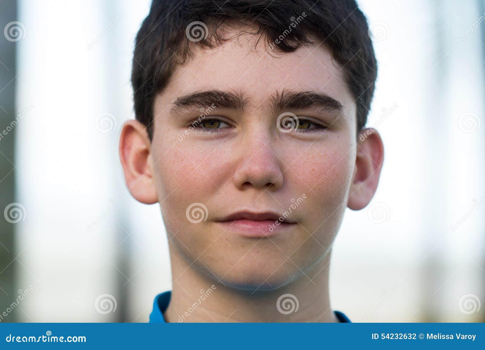 Retrato de um adolescente masculino novo considerável