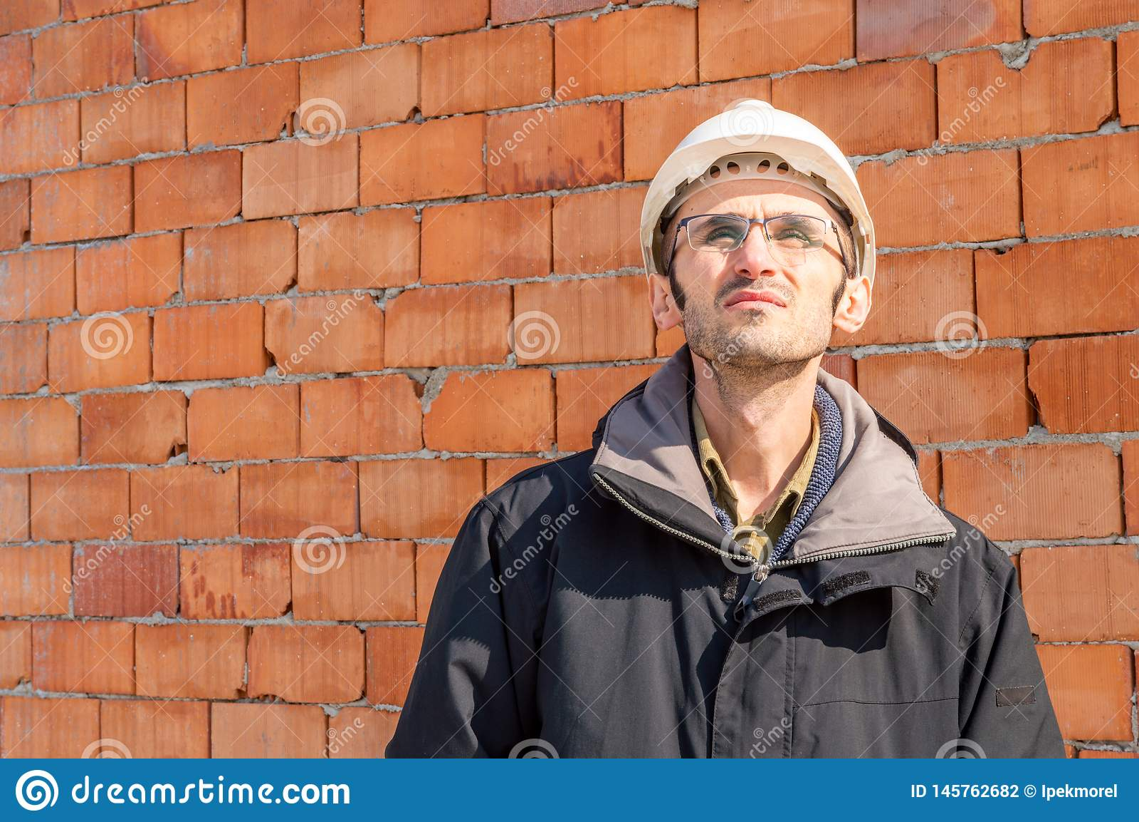 Retrato de um capacete de seguran?a vestindo do coordenador no canteiro de obras