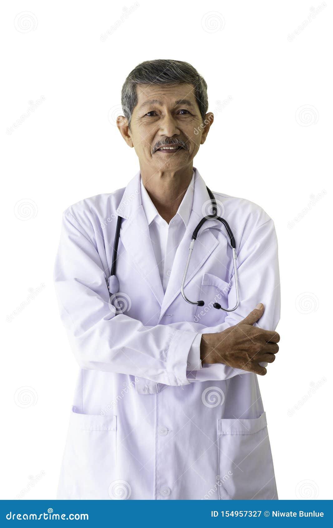 Retrato de um doutor superior que sorri e que est? de aperto seus bra?os em seu hospital