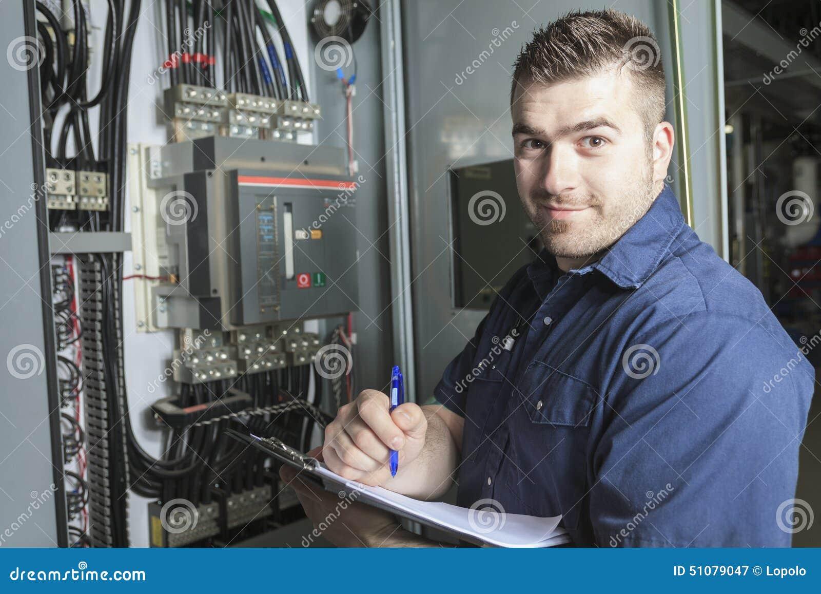 Retrato de um eletricista em uma sala