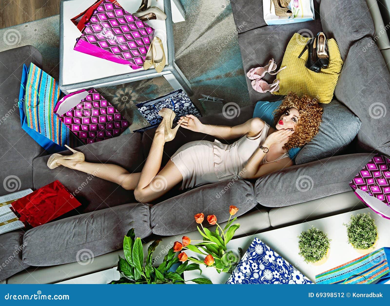 Retrato de um encontro shopaholic entre muitos sacos de compras