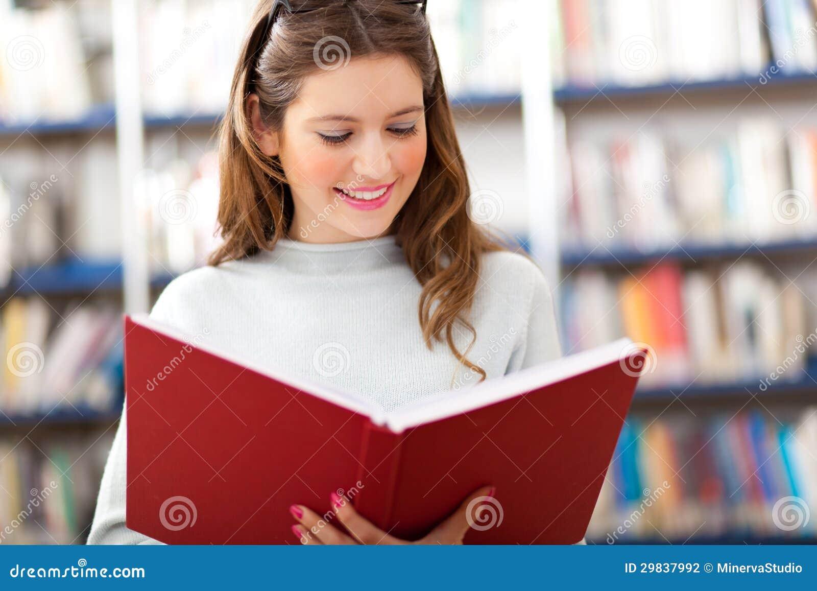 Estudante fêmea em uma biblioteca
