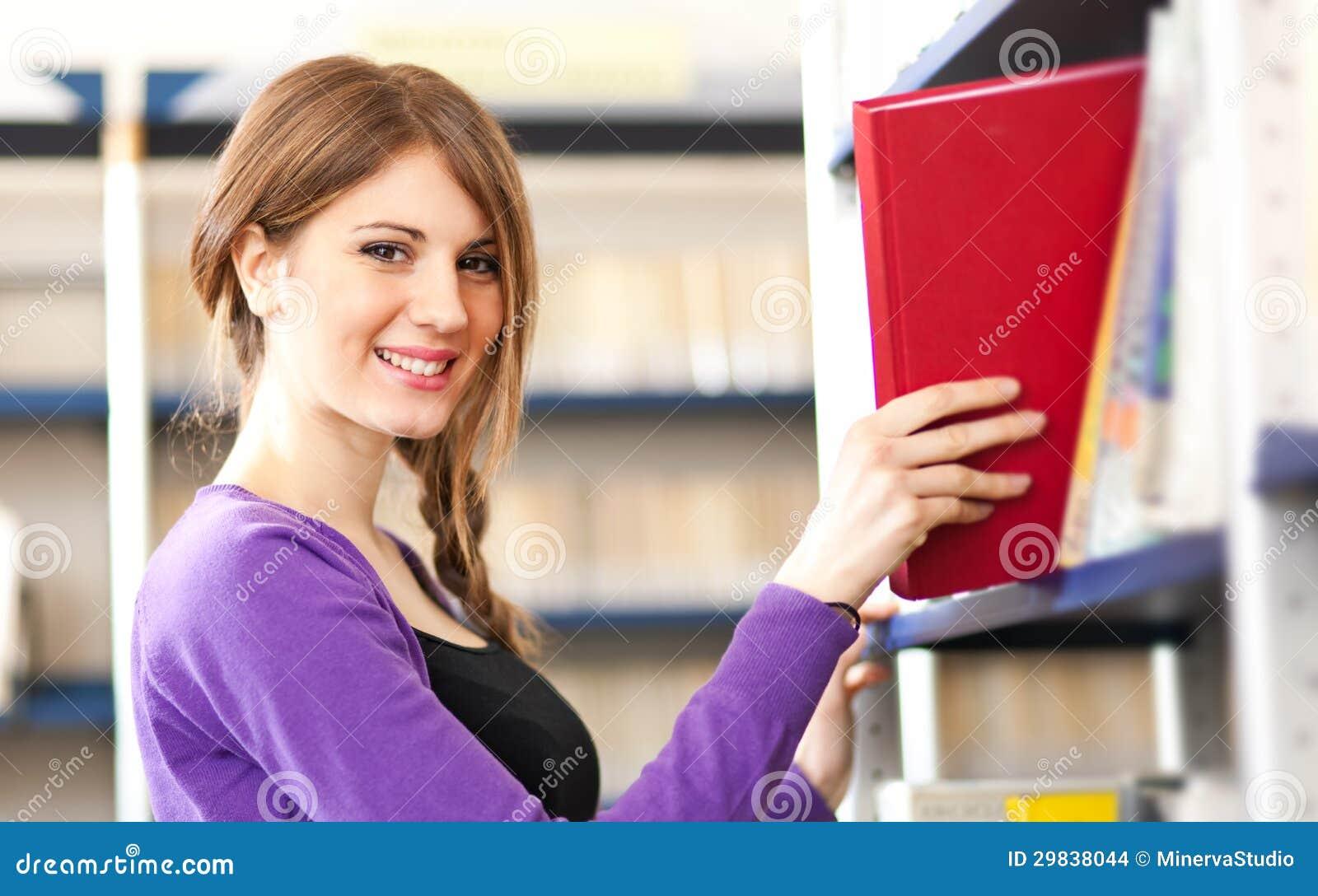 Estudante fêmea que toma um livro