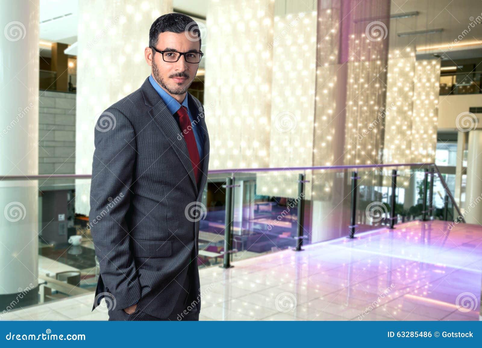 Retrato de um executivo bem sucedido de viagem do homem de empresa em um CEO à moda seguro do local de trabalho da entrada do hot