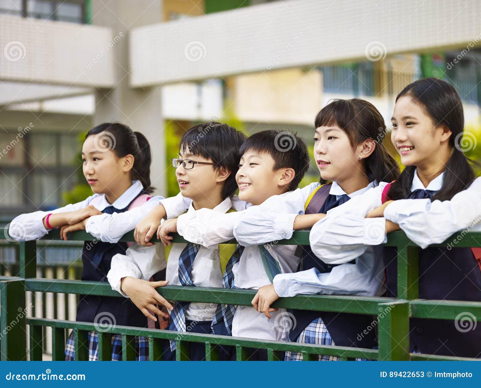 Retrato de um grupo de alunos elementares asiáticos