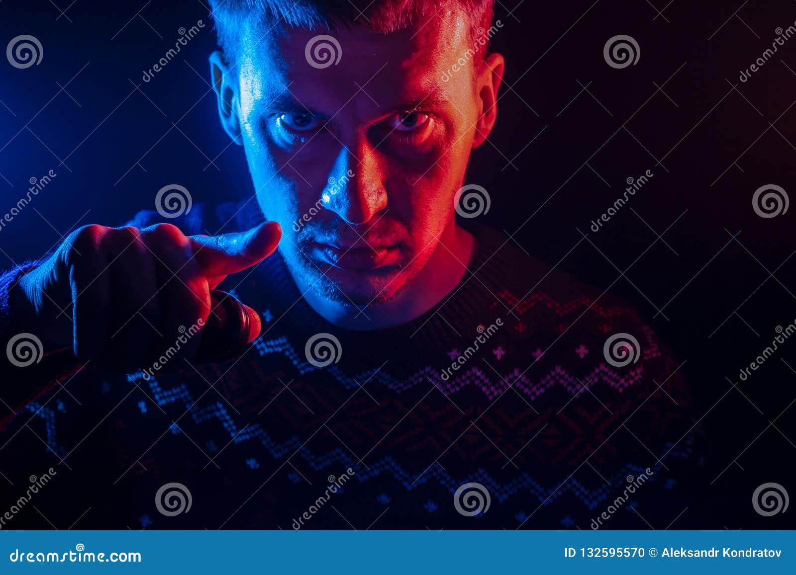 Retrato de um homem de cabelos curtos com uma sombra em uma cara séria d