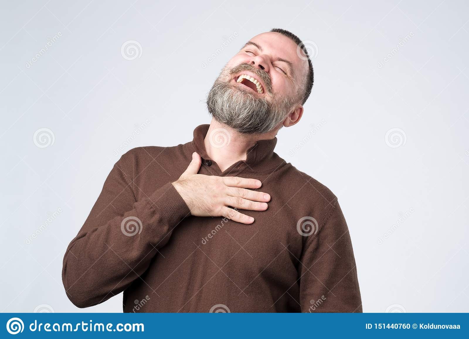 Retrato de um homem caucasiano maduro com riso da barba