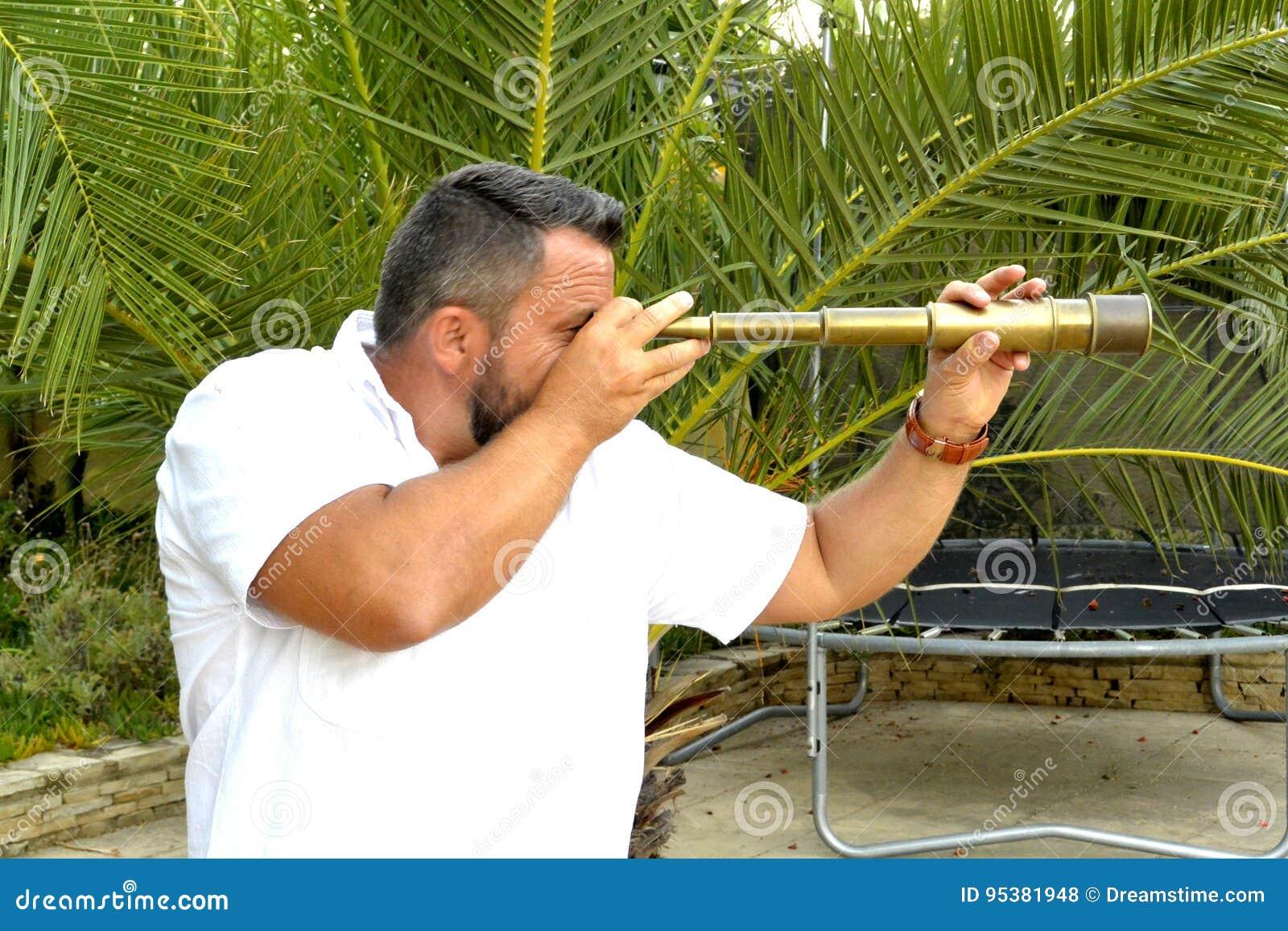 Retrato de um homem com telescópio pequeno