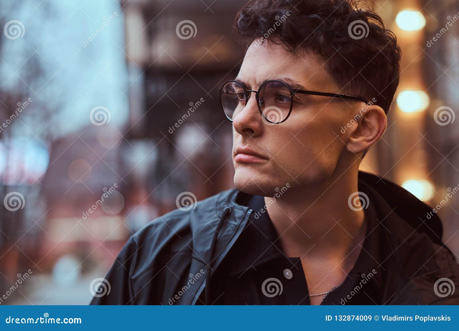 Retrato de um homem considerável novo fora