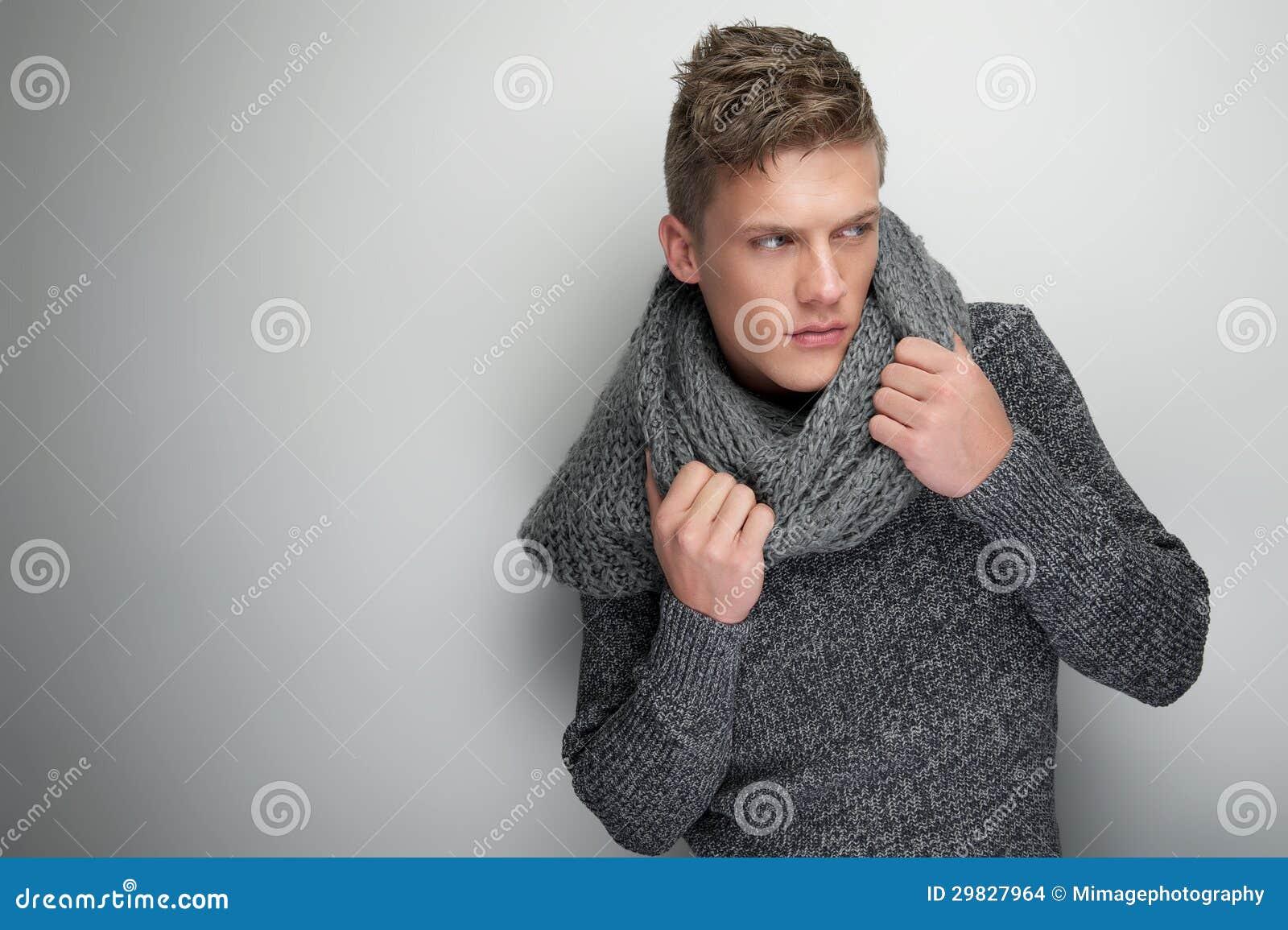 Homem considerável que guardara o lenço do inverno