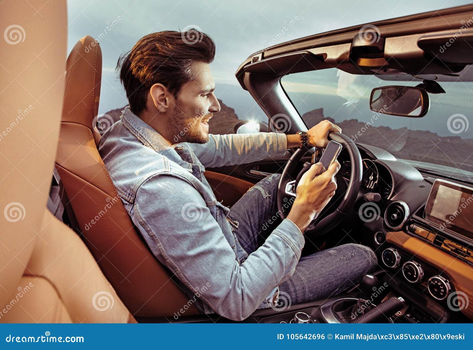 Retrato de um homem considerável, rico que conduz seu carro convertível