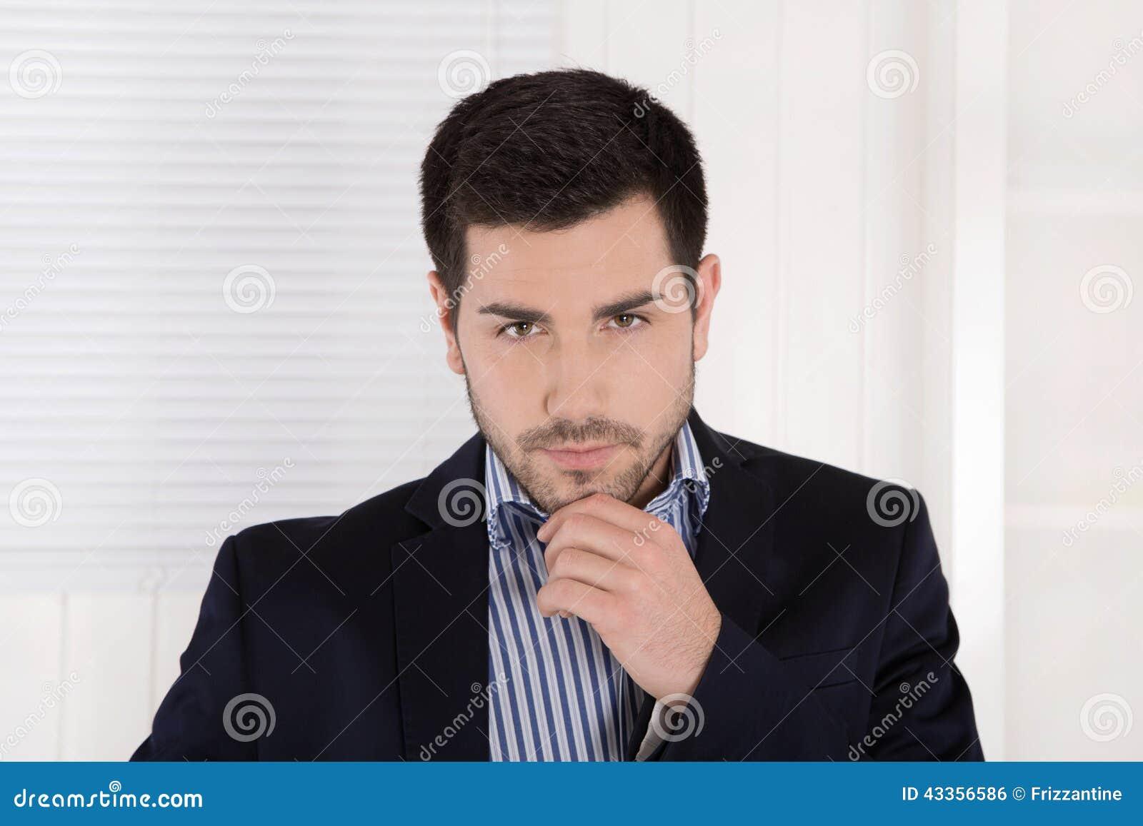 Retrato de um homem de negócios isolado arrogante sério