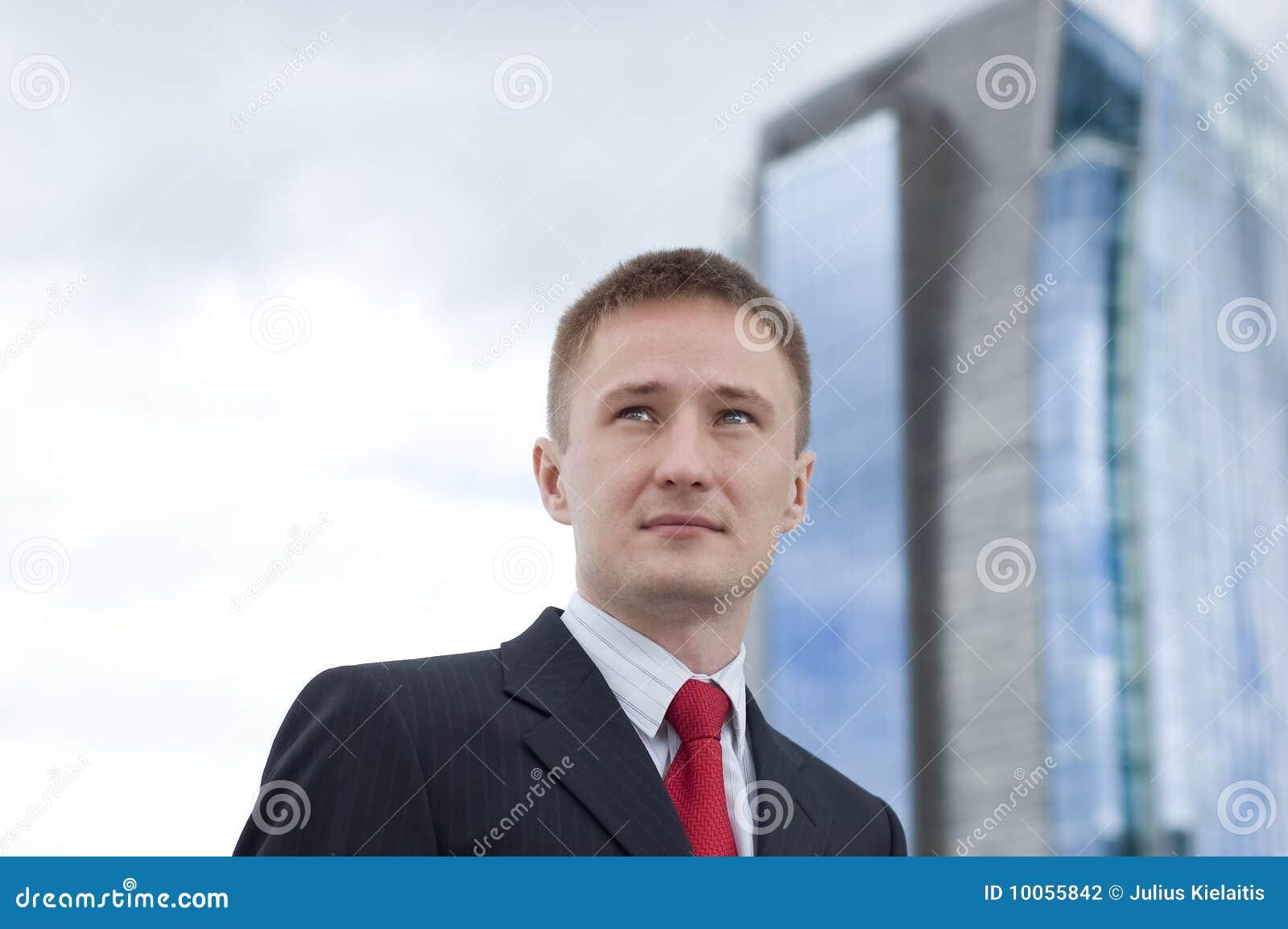 Retrato de um homem de negócios novo