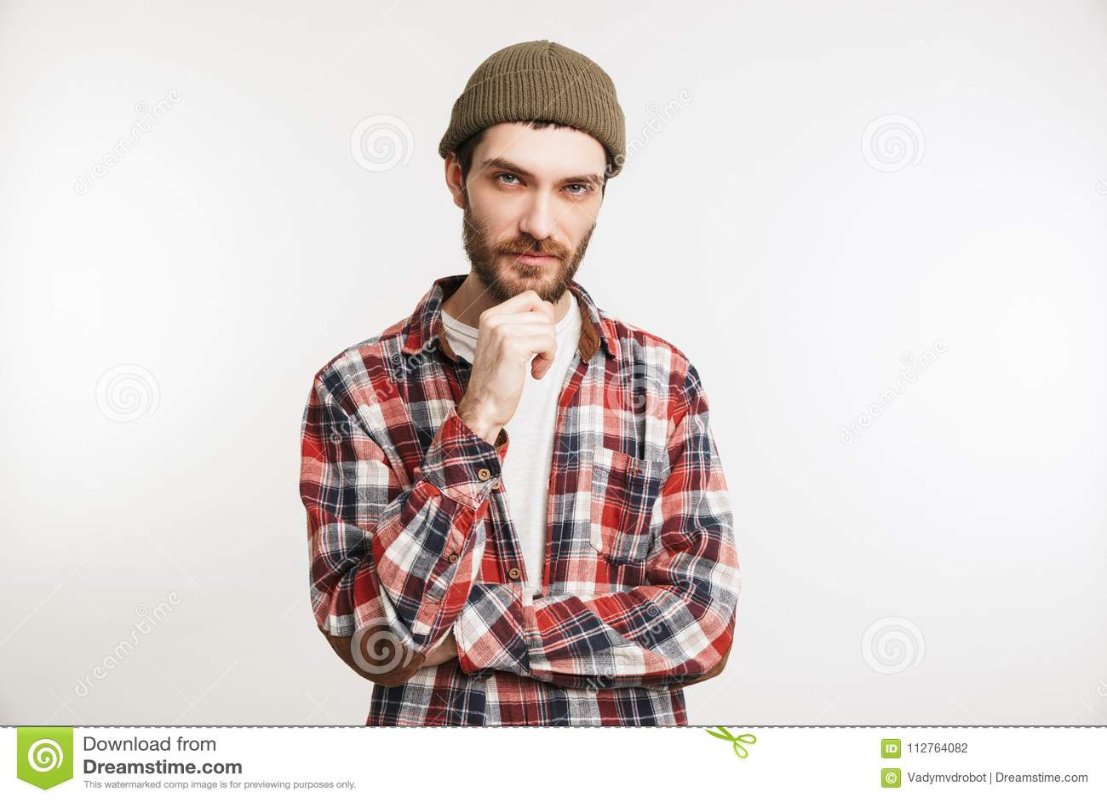 Retrato de um homem farpado pensativo na camisa de manta