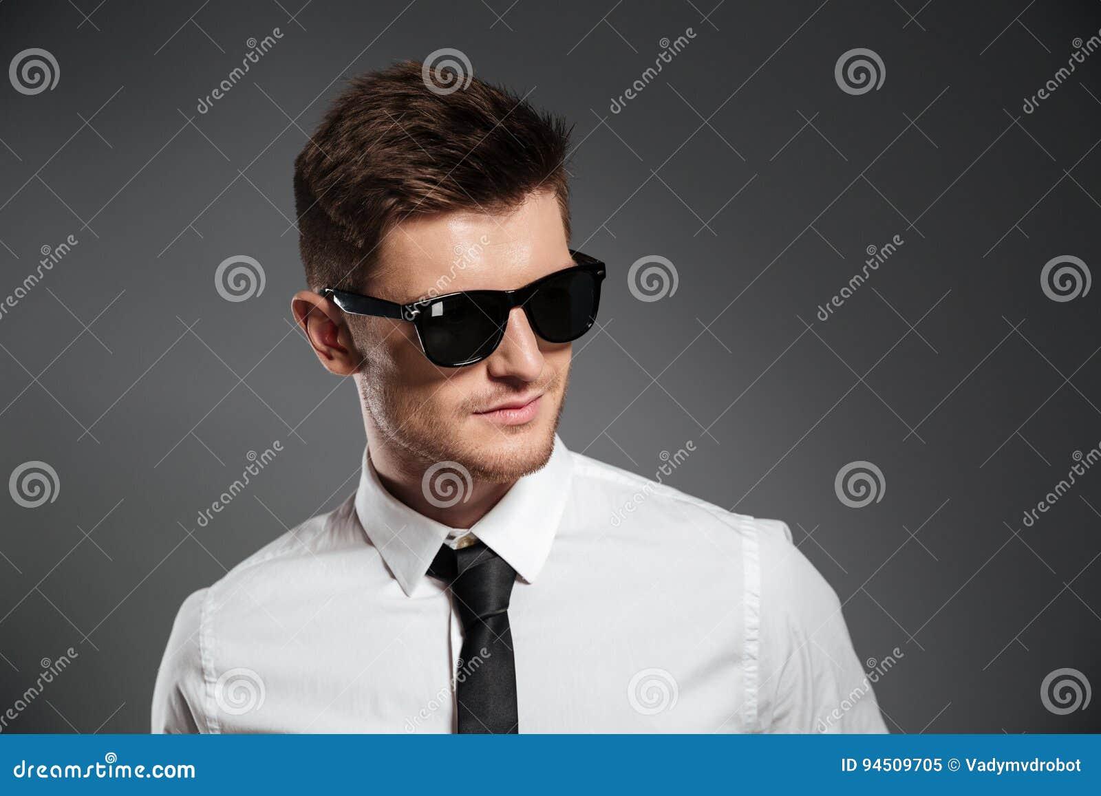 86d66a2204c01 Retrato De Um Homem Novo à Moda Nos óculos De Sol Que Olham Afastado ...