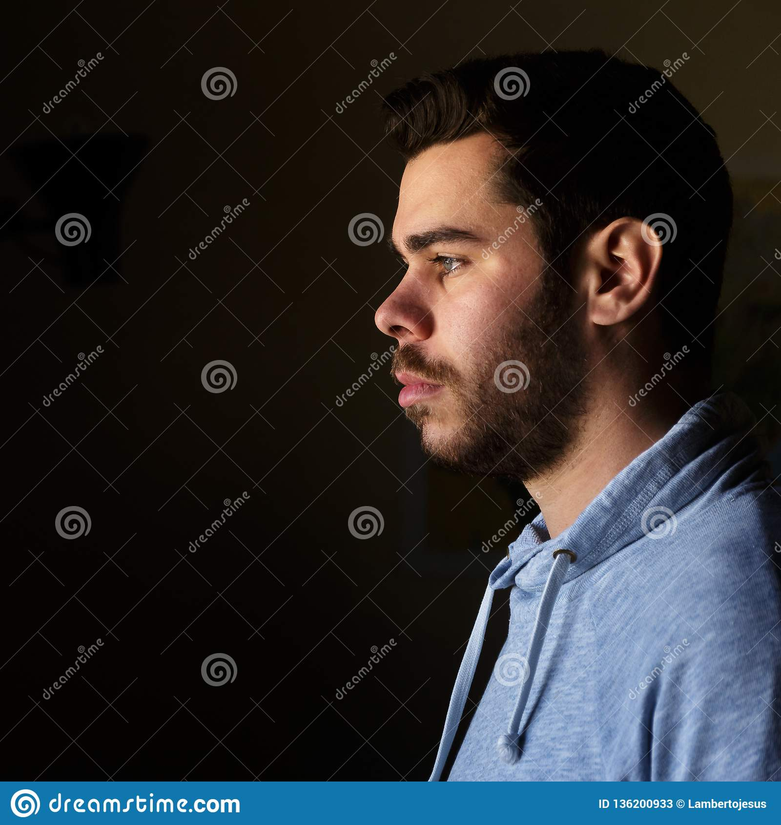 Retrato de um homem novo com uma barba no perfil