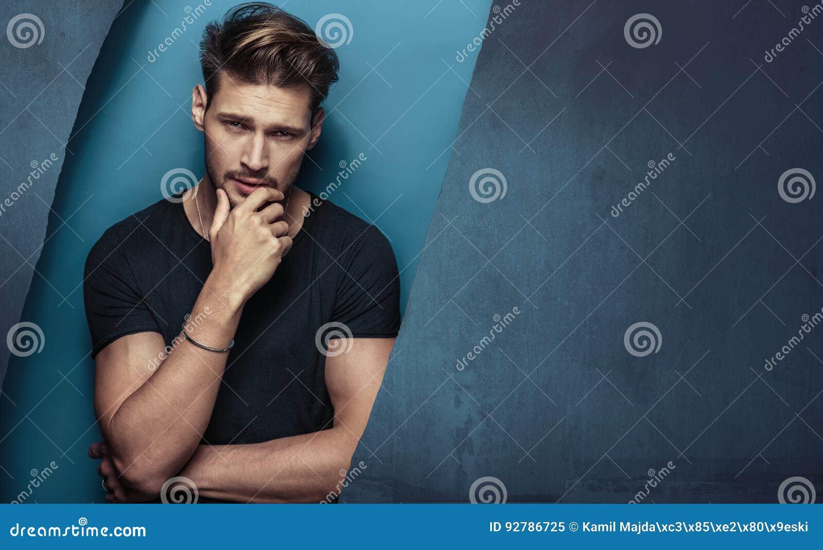 Retrato de um homem novo sério, considerável