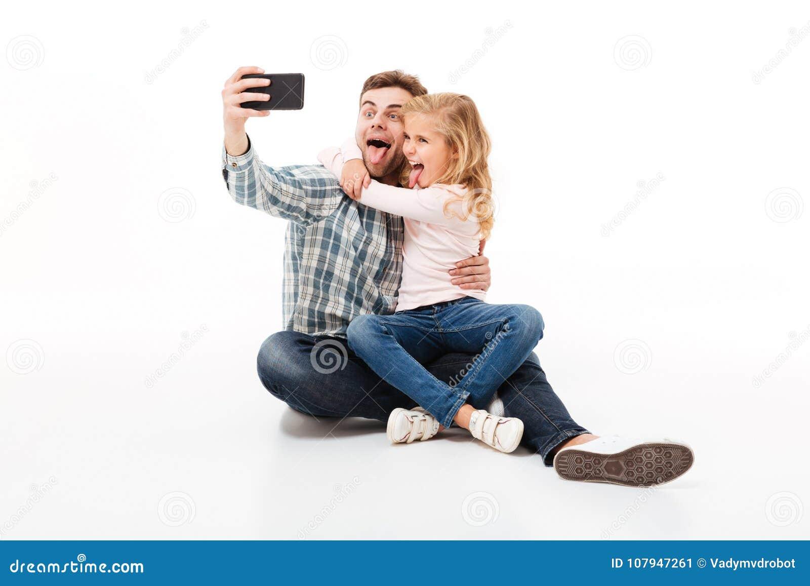 Retrato de um pai alegre e de sua filha pequena