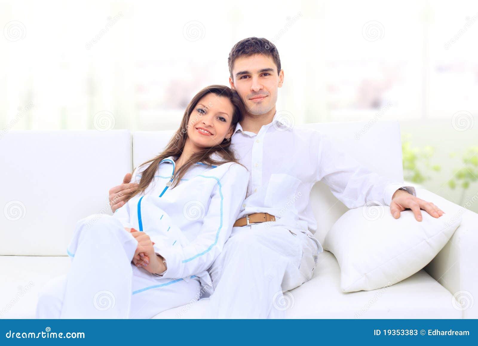 Retrato de um par novo encantador