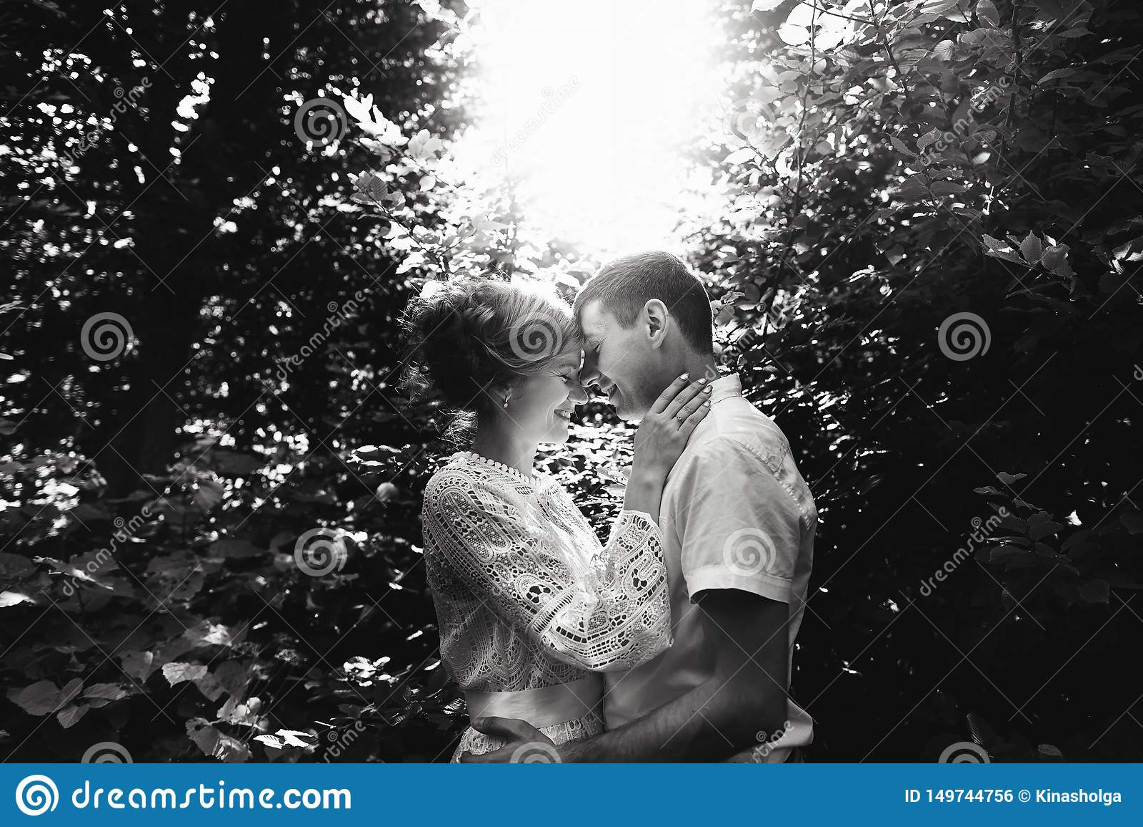 Retrato de um par novo feliz que aprecia um dia no parque junto Rebecca 36