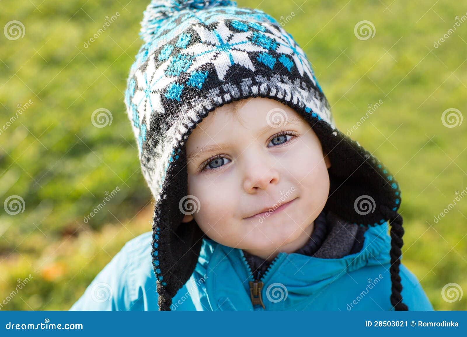Retrato de um rapaz pequeno de dois anos exterior